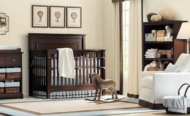 Дубовая кроватка для малыша с пастельным голубым бампером