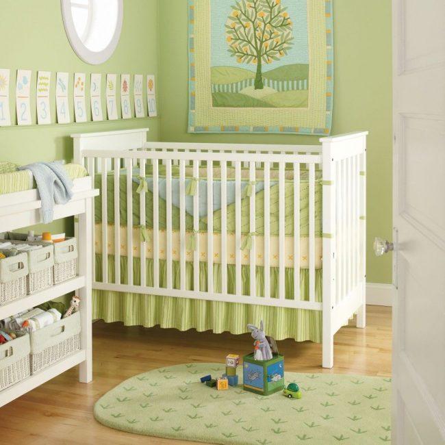 Зеленая детская для новорожденного: мягкие бортики выполнены в стилистике комнаты