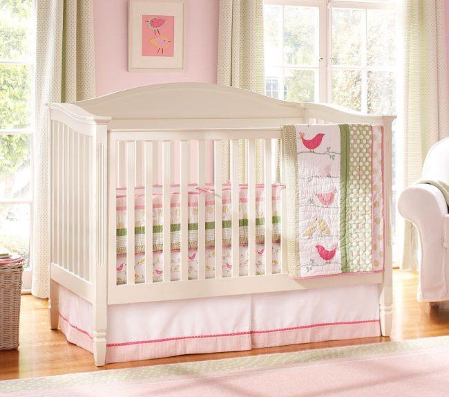 Низкие бортики в кроватке для самых крошечных младенцев
