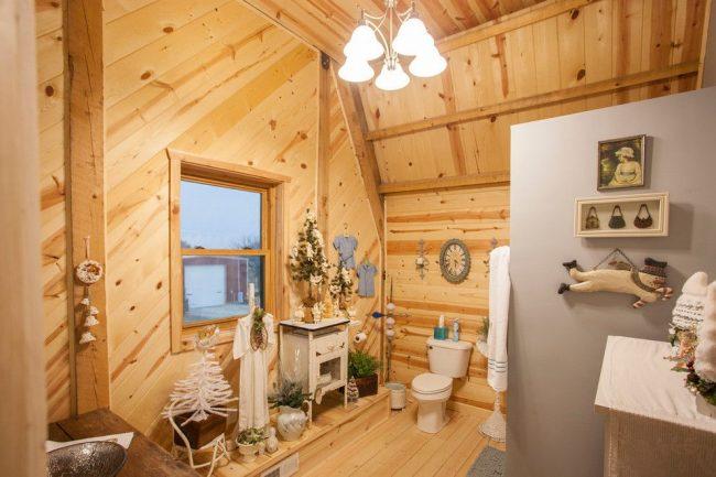 Оптимальный вариант сооружения, в частности нестандартного потолка, соответствующий пожеланиям хозяев. Особенность интерьера – новогодний праздничный декор