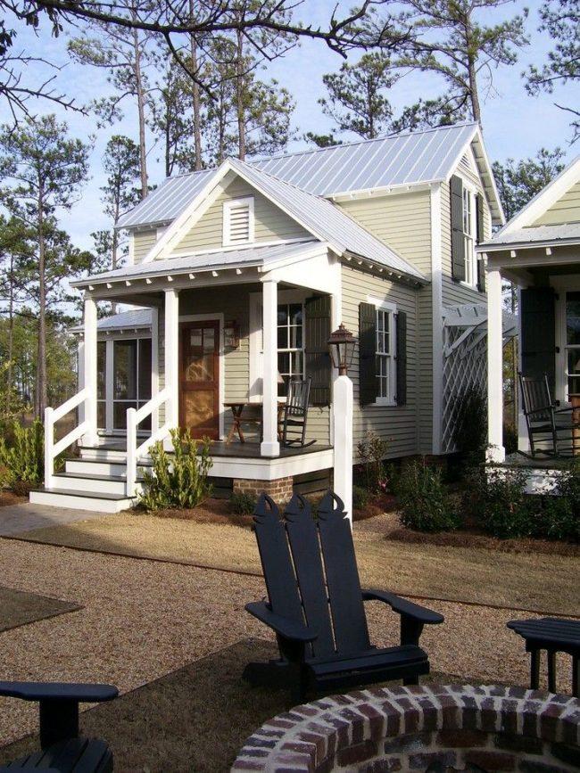 Небольшой сезонный домик на несколько комнат с застекленной верандой и всем необходимым для комфортного проживания. Приемлемая стоимость подобного модульного дома – одно из основных преимуществ