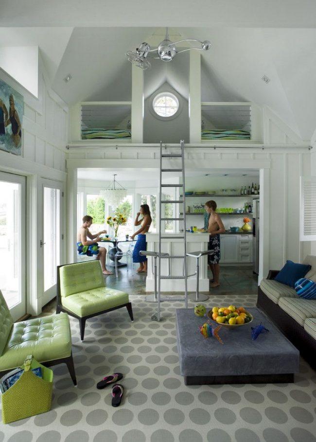 Визуальное деление на несколько комнат в сезонном домике без стен. Основные зоны: кухня, столовая, гостиная, спальня