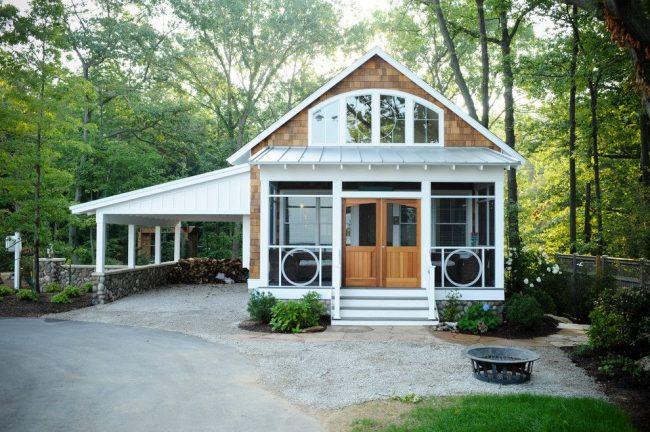 Компактный сезонный дачный дом с террасой и крытым местом для автомобиля