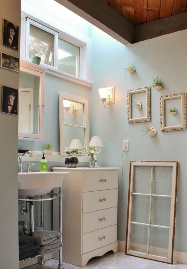 Небольшая, но вместительная ванная комната в дачном сезонном доме