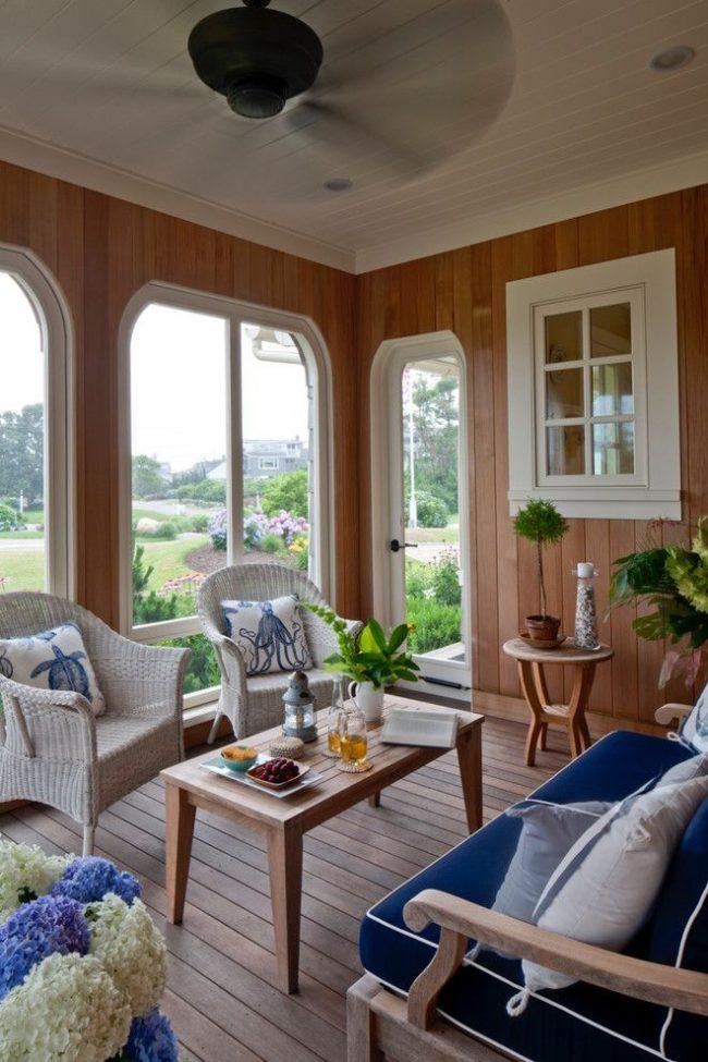 Дачная двухкомнатная бытовка, в которой одна из комнат это гостиная. Достоинства сезонного домика: комфортабельность, экологичность, функциональность, изысканность в оформлении интерьера и экстерьера, украшение дачного участка и т.д.