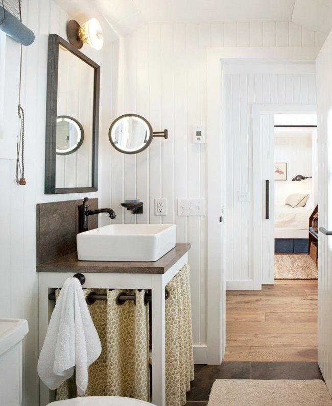 Изысканный мини-домик с туалетом и душем. Раковина изготовлена из фарфора, а сантехника из латуни. Так же в оформлении много дерева