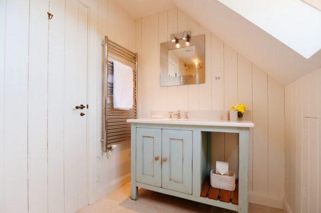 Ванная комната в дачной бытовке со встроенными шкафами. Дерево – основной материал в оформлении