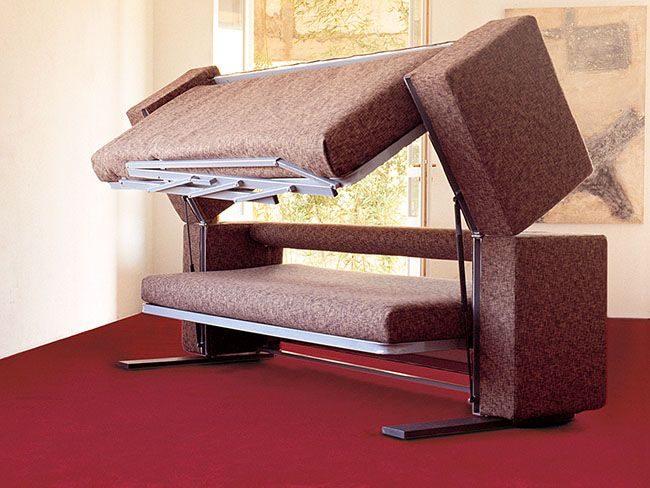 Процесс превращения дивана в кровать: фиксация верхнего спального места на подпорках