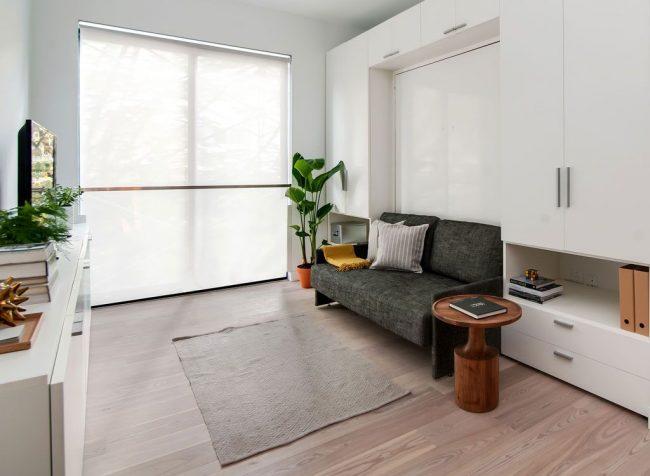 Диван-двухъярусная кровать с креплением к стене в интерьере скандинавской гостиной