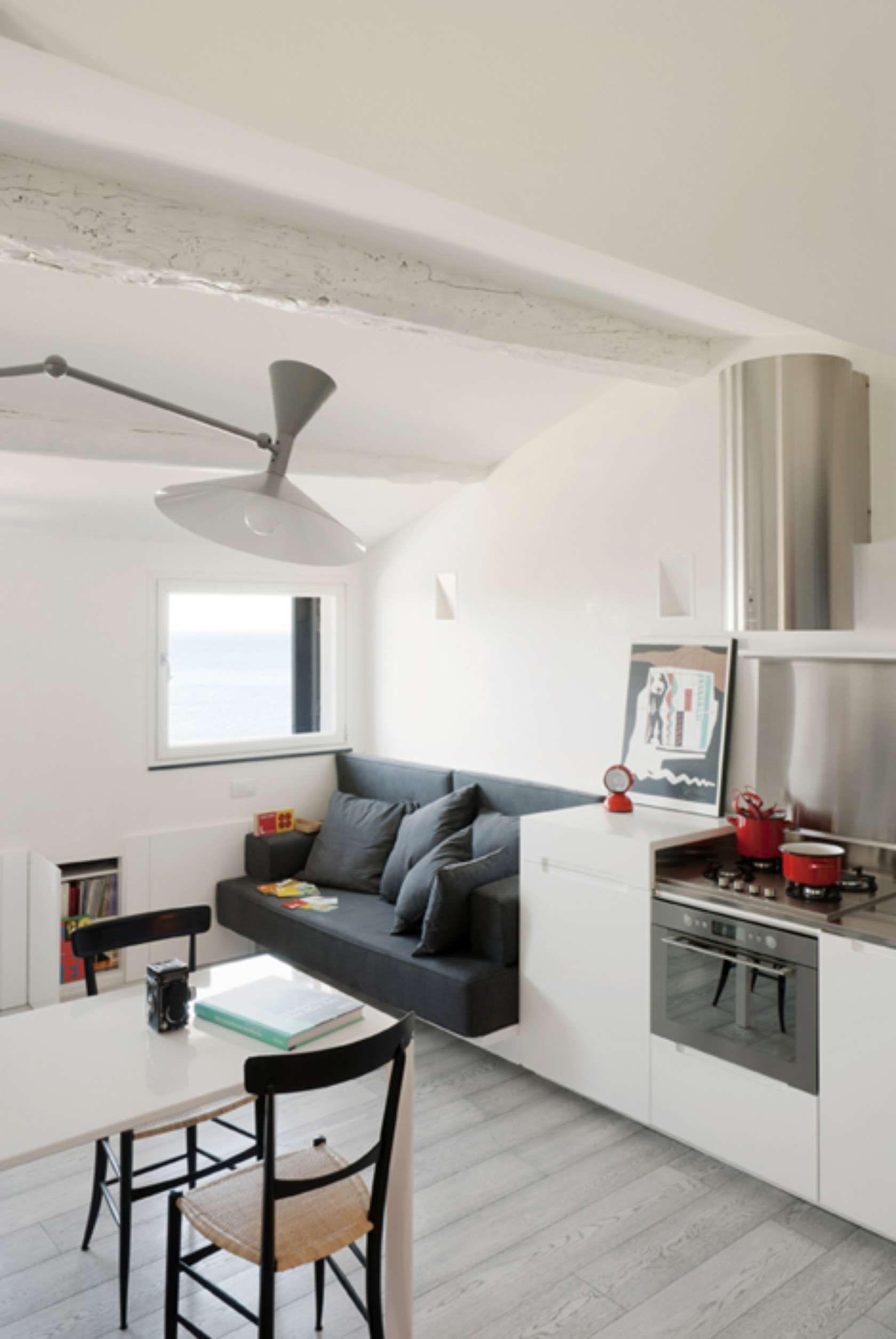 Идеи для кухни студии с диванчиком со столом фото