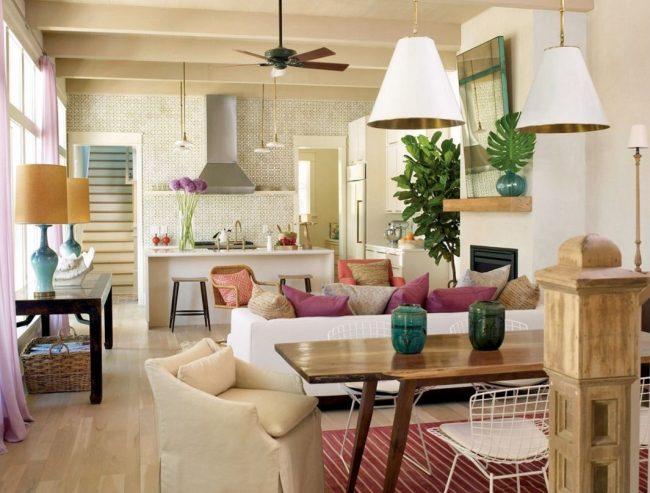 Мягкий диван на кухне-студии выполняет функцию зонирования