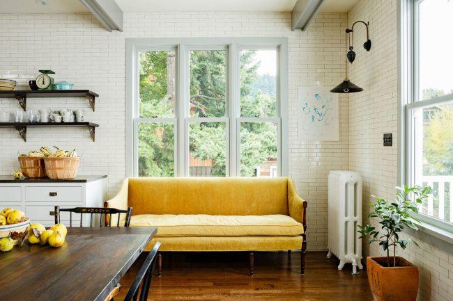 Яркий желтый диван сможет украсить любую кухню