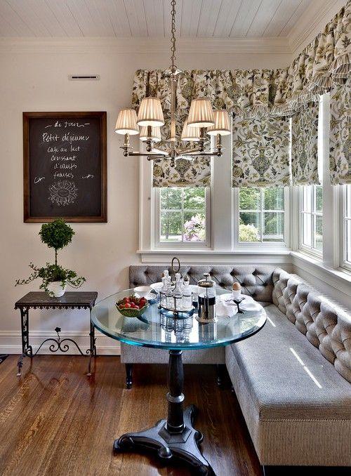 Серый диван на классической кухне