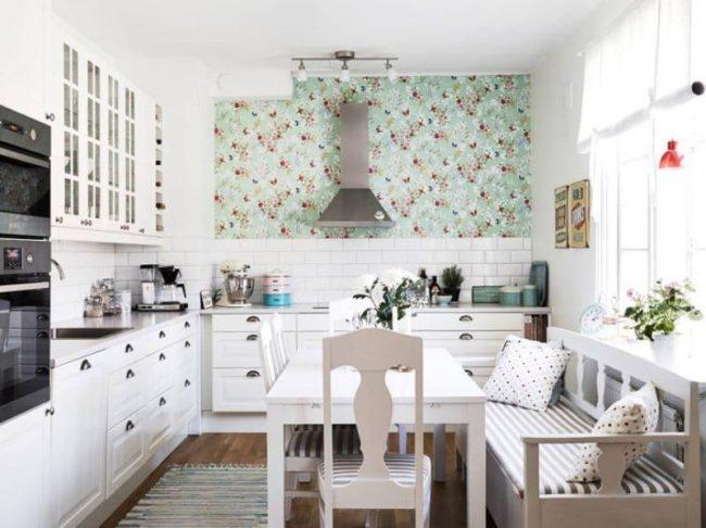 Диван с трикотажной оббивкой в полоску на кухне в стиле прованс