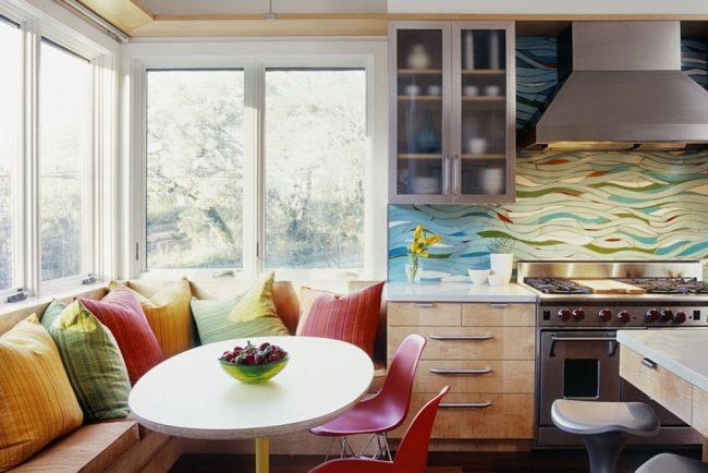 Угловой диван-скамья с разноцветными подушками и «чуланчиком»
