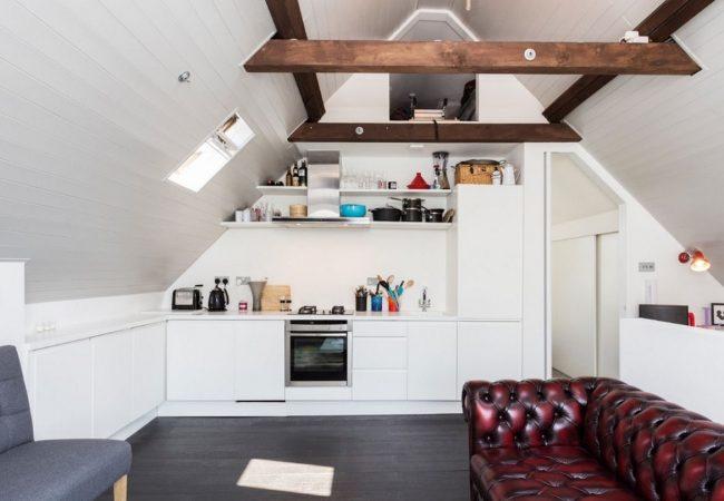 Кожаный диван в цвете «спелая клюква» на белой кухне
