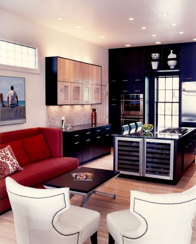 Красный диван в интерьере кухни арт-деко
