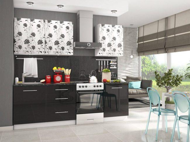 Кухня-гостинная с зоной отдыха, готовки и приема пищи: мягкая часть, кухонный гарнитур, римские шторы