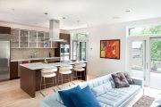 Фото 35 Дизайн совмещенной кухни-гостиной с барной стойкой: 75 мультифункциональных и современных интерьеров