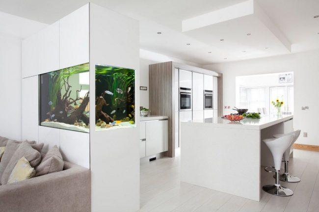 Аквариум как перегородка в интерьере кухни-гостинной