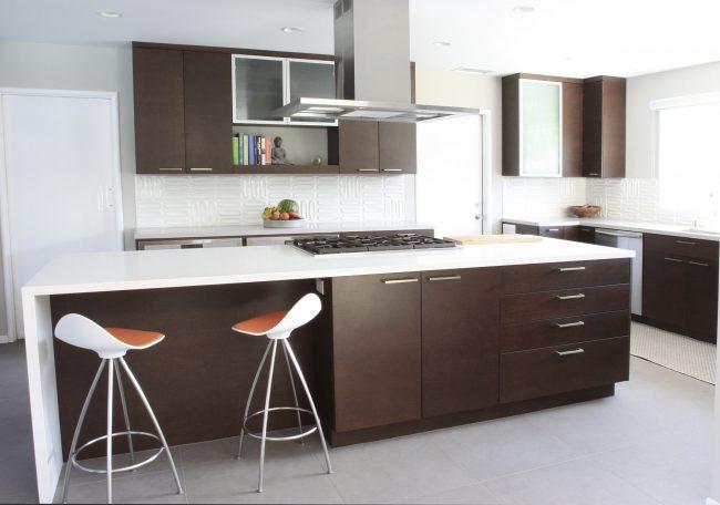 Кухня островного типа в коричнево-белых оттенках