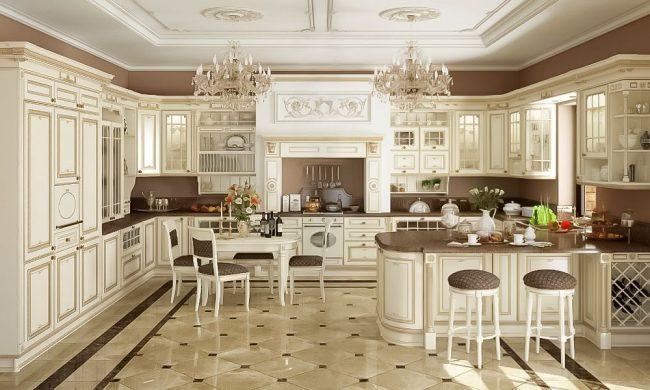 Классическая кухня студийного образца: изысканный кухонный гарнитур, люстры, барная стойка и обеденная группа