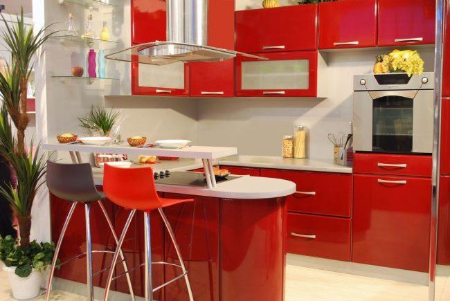 Совмещенная обеденная и зона готовки: двухуровневый стол на небольшой кухне