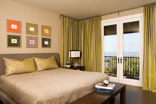 Конструкция с изгибом, не препятствующая управлению штор, в спальне с благородной осенней цветовой гаммой