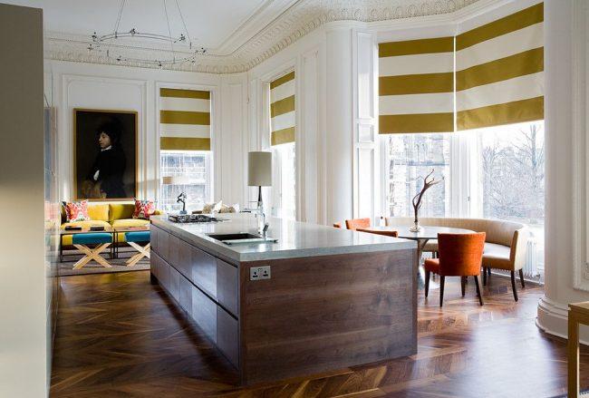 Самобытная, совмещенная со столовой, кухня с эркерной оконной конструкцией