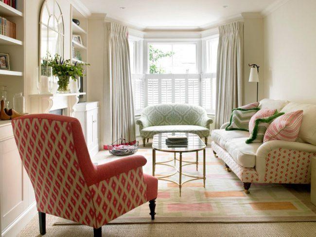 Лондонская гостевая с эркерной оконной конструкцией, оформленная гибким карнизом повторяющим форму и плотными шторами в пол