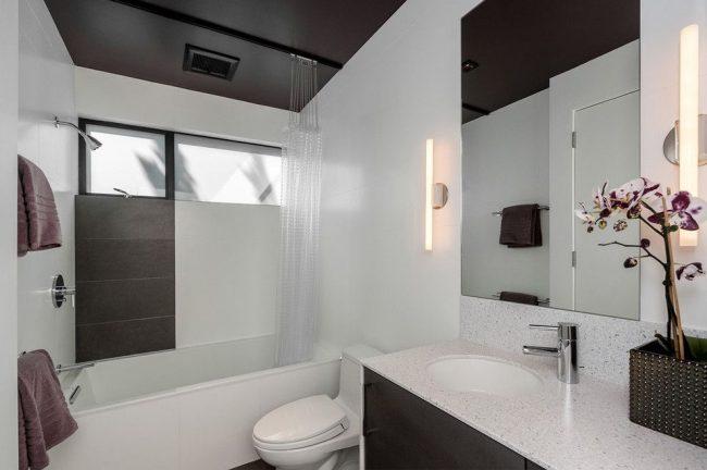 Ванная комната в стиле модерн с гибким карнизом потолочного крепления для функционального разделения на зоны