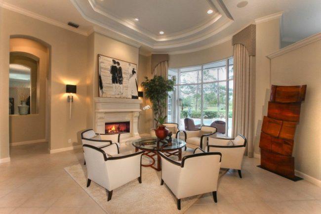 Оригинальное оформление окна гибким карнизом и шторами с ламбрекеном. Особенность интерьера – сложная архитектурная конструкция с полукруглой центральной стеной