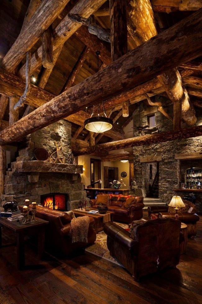 Гостиная домика-шале: темные сорта дерева в интерьере, приглушенный свет, камин