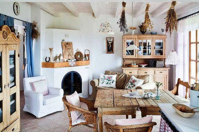 Кухня в деревенском стиле: деревянная мебель, гербарий, светлые занавески