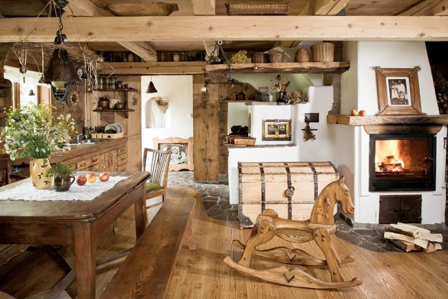 Деревенская кухня: полевые цветы, открытые полки, камин и большой сундук