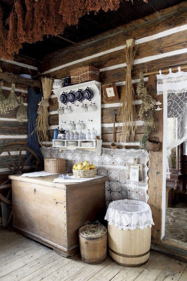 Элементы декора деревенского дома: стены под «бревна», посуда, кружево, бочки