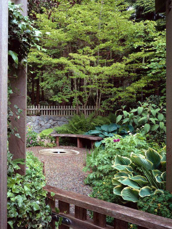 Зона отдыха в загородном доме: несколько сортов хосты и папортник