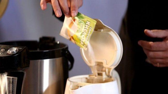 Засыпать лимонную кислоту необходимо прямо в чайник