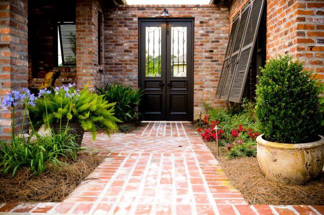 Отделка фасада дома материалом схожим с дворовой плиткой