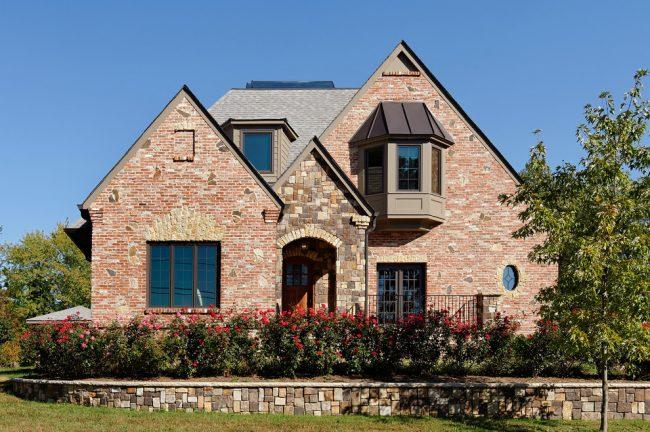 Если вдруг не хватило облицовочного кирпича в процессе кладки, можно применить другой камень, он сделает фасад более современным и стильным