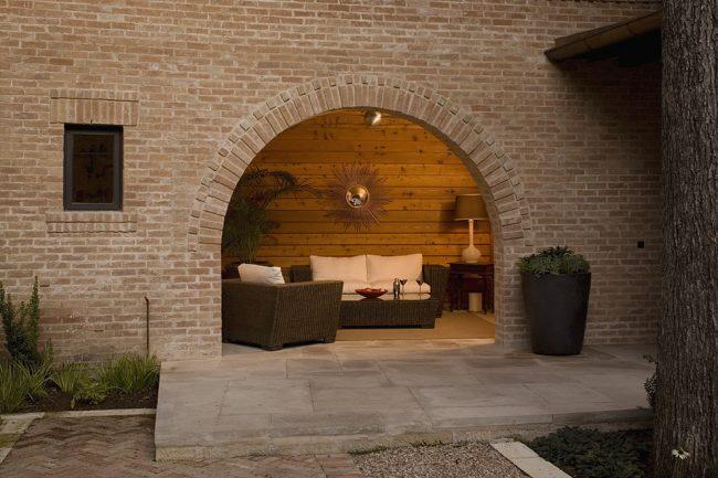 Отделка стены с аркой светлым клинкерным кирпичом