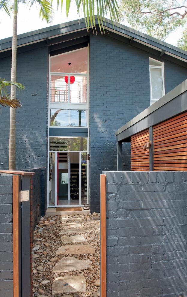После завершения облицовки, когда стена высохнет, протираем фасад 10% раствором кислоты хлора, для удаления застывших брызгов раствора и пыли, затем, при желании, можно стену окрасить