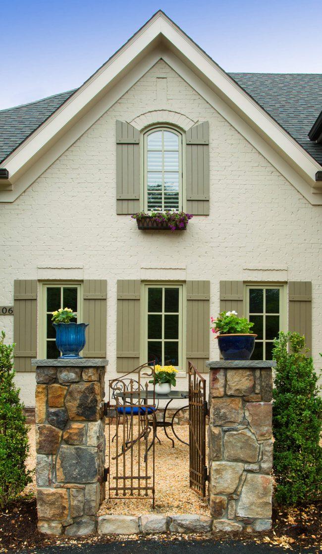 Окрашенный в светлый оттенок кирпичный фасад