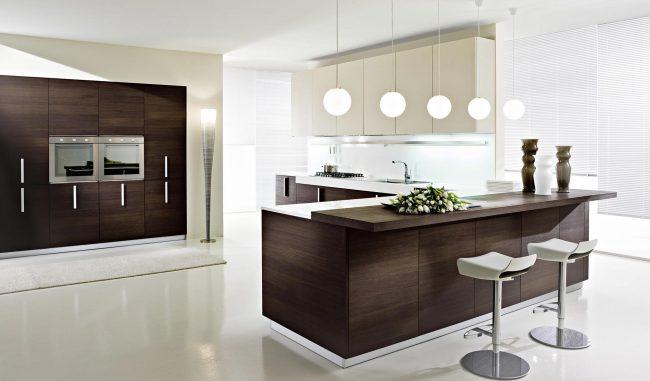 Кухня в коричнево-белых оттенках понравится тем, кто любит контрасты