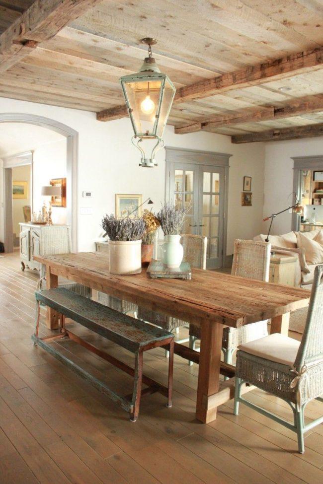 Обеденная зона на кухне-студии в теплых коричнево-бежевых оттенках. Пол и потолок из ясеня дополняют интерьер