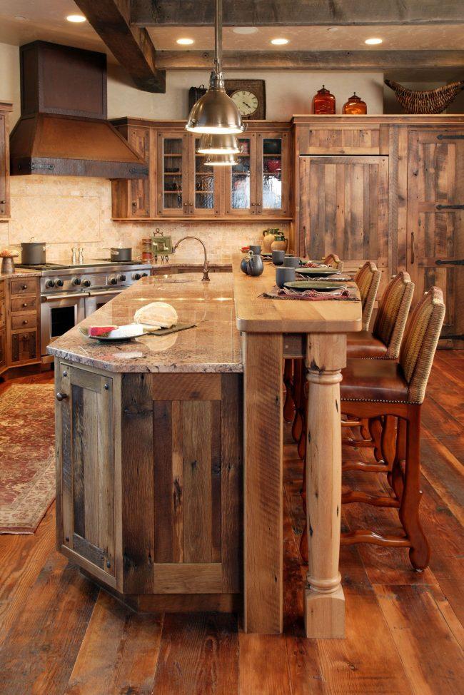 Комбинирование разных сортов дерева в интерьере кухни