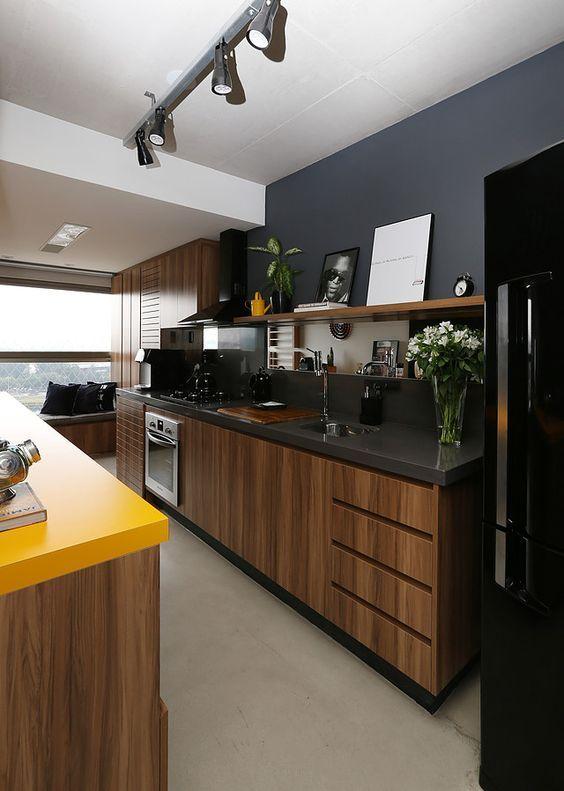 Кухонный гарнитур из дуба в сочетании с темными стенами смотрится изысканно