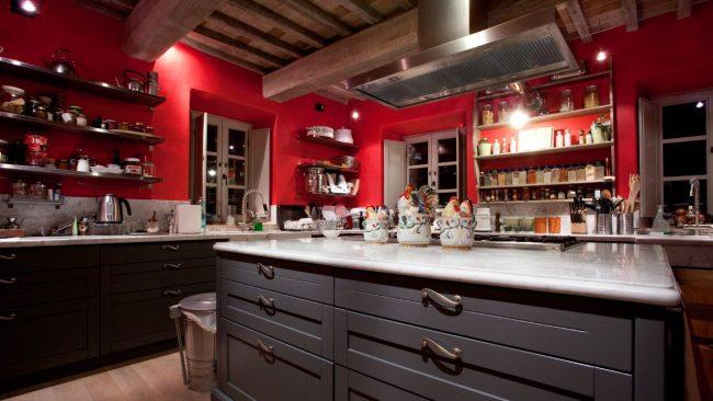 Нестандартное решение: красные стены и темно-коричневая гарнитура на кухне