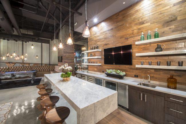 Сочетание дерева и мрамора на современной кухне