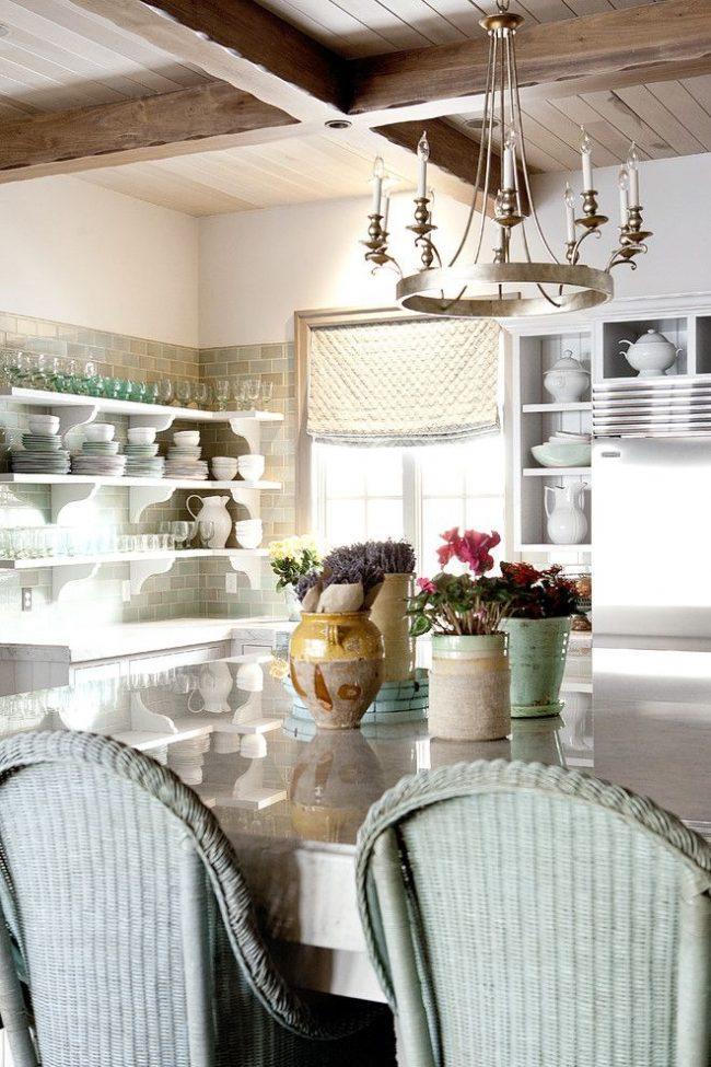 Плотные фактурные укороченные шторы из натуральной ткани для самобытного кухонного интерьера